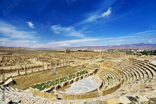 In de dag Algerije Algeria. Timgad (ancient Thamugadi or Thamugas). General view of city built on the classical Roman's square. There is auditorium (cavea) of the theatre on first plan