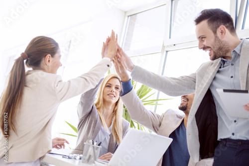 Fotografia  Happy business team celebrating good news
