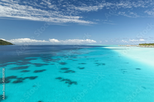 Amazing blue and turquoise lagoon/Lagoon in French Polynesia
