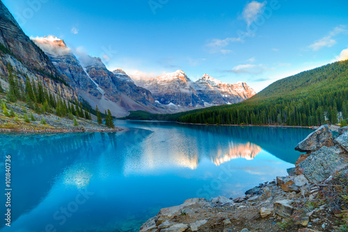 Tuinposter Meer / Vijver Sunrise at Moraine lake
