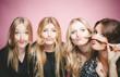 canvas print picture - Freundinnen spielen mit ihren Haaren