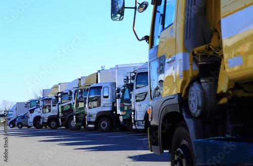 パーキングエリアに駐車する大型トラック