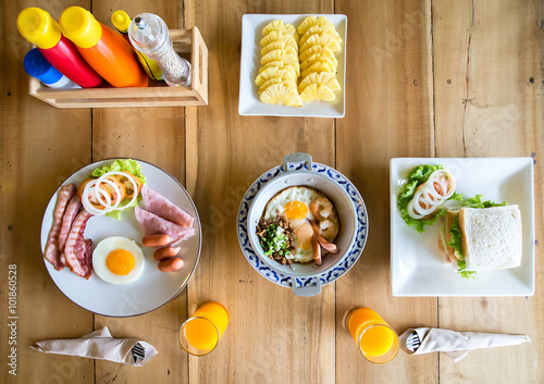 Foto  Delicious breakfast for two in the morning. top view