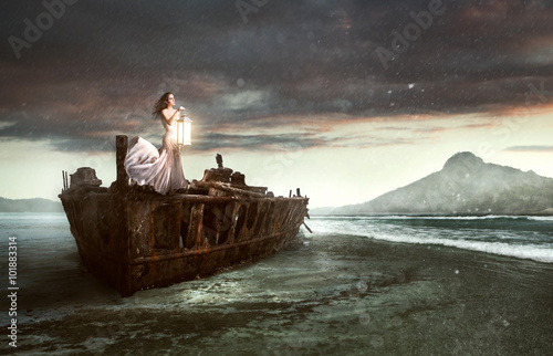 Fotografie, Obraz  Žena s lucernou na vraku