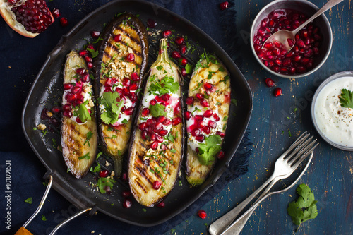 Photo  grilled eggplants with garlic yogurt sauce, walnuts and pomegran