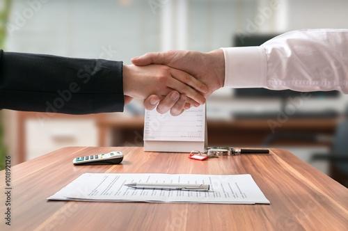 Fotografía  Shakehand de abogado y mujer de negocios sentado detrás del escritorio con un acuerdo sobre el fondo borroso