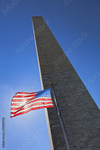 Staande foto Monument Washington Monument and US Flag