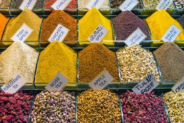 fototapeta kolorowe przyprawy w Stambule