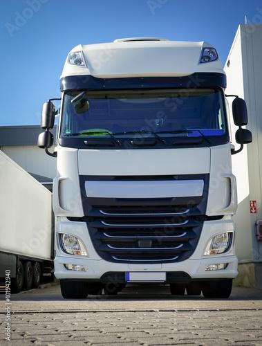 plakat Spedition - Logistik, schöner, weißer LKW vor Verladetor