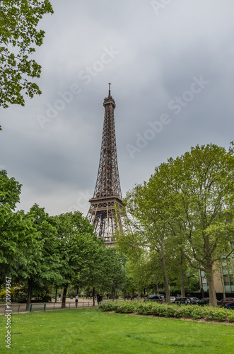 Foto  The Eiffel Tower is a symbol of France and dominates the Paris skyline