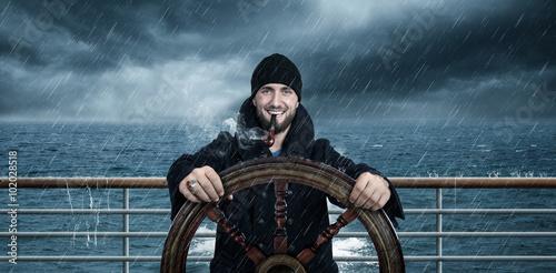 Fotografía  Kapitän Steuert sein Schiff durch Unwetter
