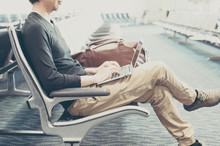 空港の待合室でノート...