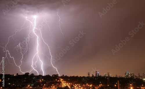 Spoed Fotobehang Onweer Lightning over city skyline