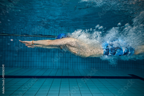 Fotografía  Natación del hombre joven en la piscina