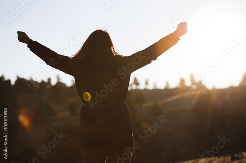 Fotografia  Happy woman at sunrise in nature.