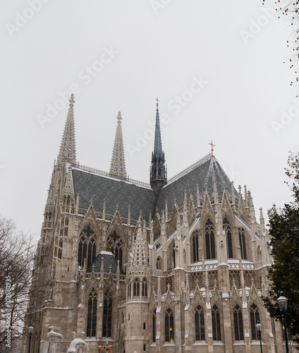 Papiers peints Con. ancienne Votice Church in Vienna in the Winter with Snow