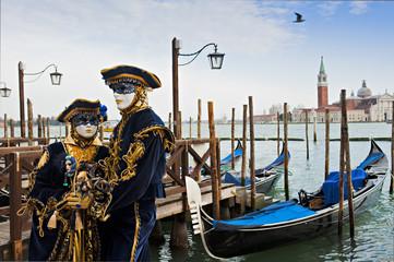 Fototapeta na wymiar Couple in carnival mask in Venice.