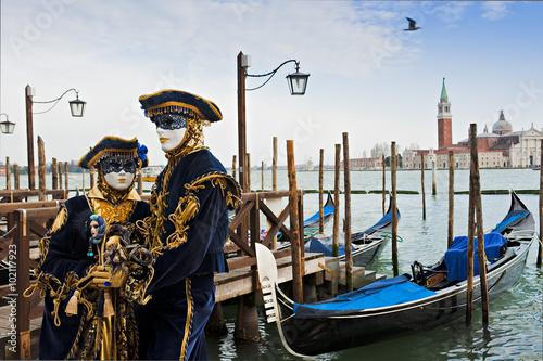Fototapeta Couple in carnival mask in Venice.