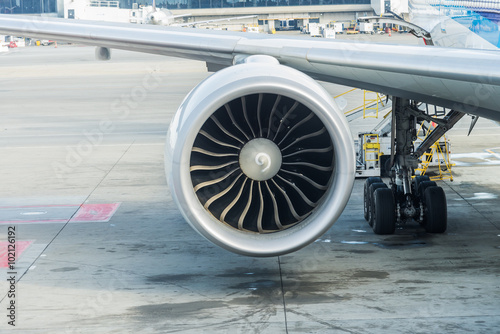 Foto op Aluminium Vliegtuig Jet engine of Air plane with runway background