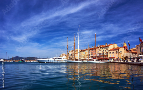 Valokuvatapetti Sailboats and yachts moored to the quay port of Saint-Tropez, France