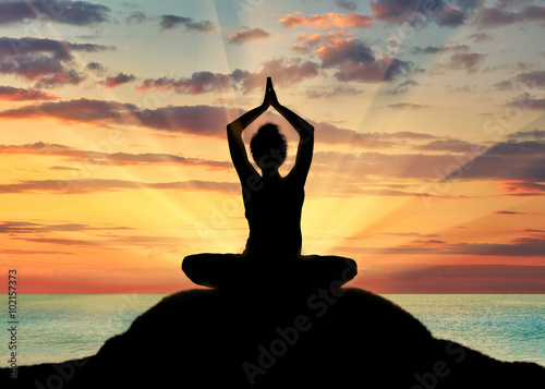 Silhouette of a girl practicing yoga Fotobehang