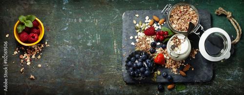 Photo  Healthy breakfast of muesli, berries with yogurt and seeds