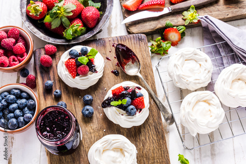 Photo Stands Dessert Pavlova traditional dessert with fresh fruits