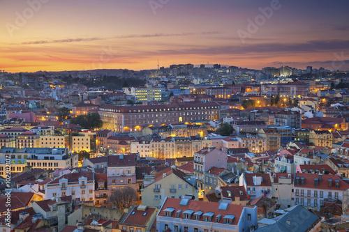 lizbona-wizerunek-lisbon-portugalia-podczas-dramatycznego-zmierzchu