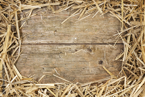 Strohrahmen auf rustikalem Holz Fototapete