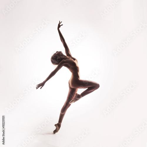 Fotografie, Obraz  Baletka v béžové oblečení představuje na prstech