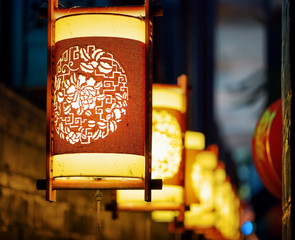 Obraz na Plexi Latarnie Night view of traditional oriental Chinese street lanterns