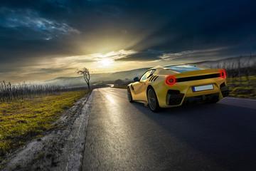 gelber Supersportwagen auf Pfälzer Landstraße vor Sonnenuntergang