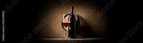 czerwone-wino-na-tle-glinianej-sciany