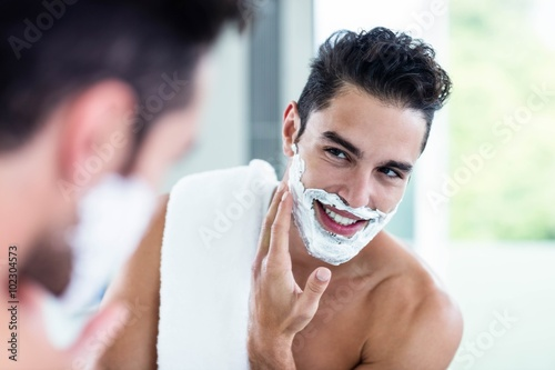 Fotomural Handsome man shaving his beard