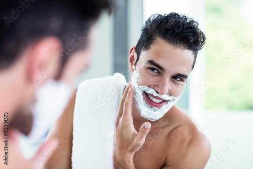 Fotografía Handsome man shaving his beard