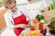 Hausfrau beim Paprika schneiden