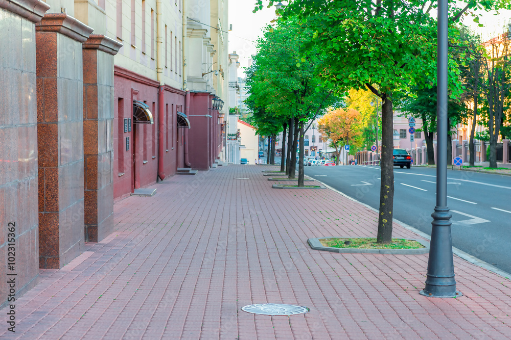 Fototapeta Cityscape - the sidewalk along the road