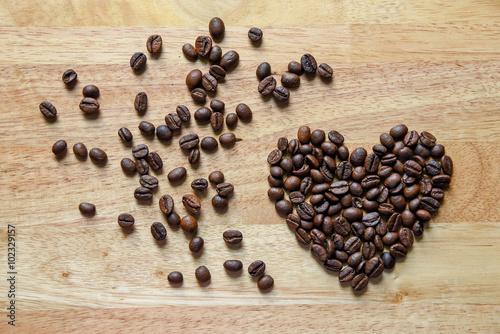 Fotografie, Obraz  Kávová zrna ve tvaru srdce na dřevěné desce