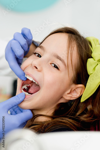 Valokuvatapetti Little girl at orthodontist office
