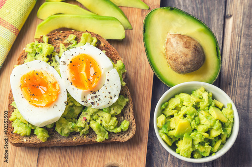 Toast with avocado and egg Fototapet