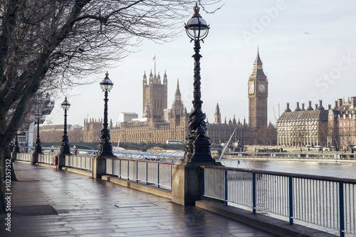 Foto op Canvas Londen Early in the morning in central London with footpath, Big Ben and Houses of Parliament - London, UK
