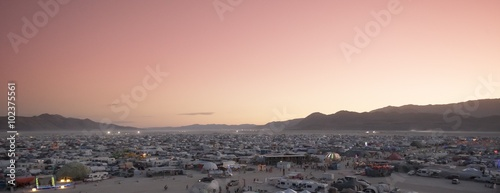 Fotografiet  Scenic panorama of Burning Man festival camping sites in Nevada Desert at sunset
