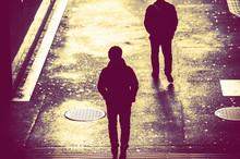 歩道を歩く人の影,後ろ姿