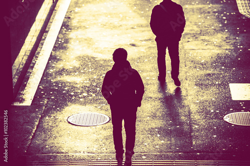 Fotografie, Obraz  歩 道 を 歩 く 人 の 影, 後 ろ 姿