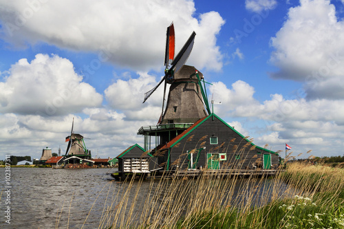 Spoed Foto op Canvas Molens Windmills with canal near them