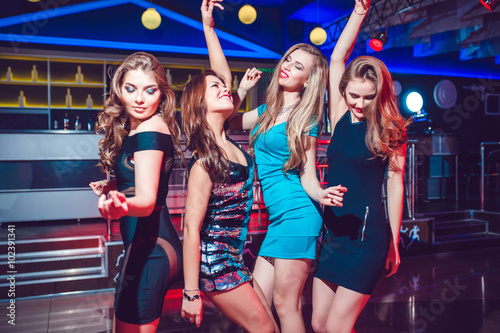 Fotografia Beautiful girls having fun at a party in nightclub