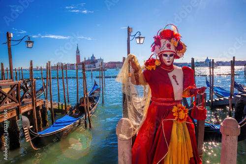 Stickers pour porte Venise Carnival masks against gondolas in Venice, Italy