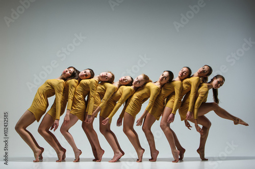 Foto  The group of modern ballet dancers