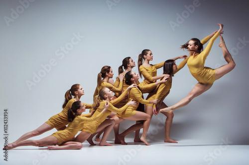 Küchenrückwand aus Glas mit Foto Tanzschule The group of modern ballet dancers