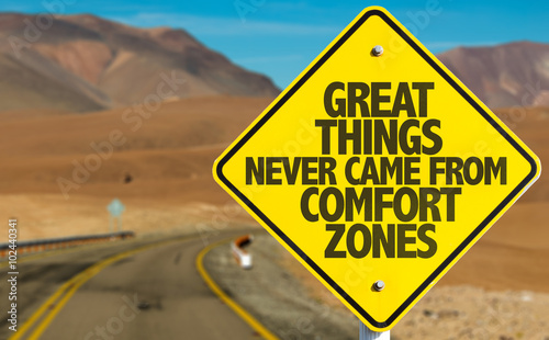 Great Things Never Came From Comfort Zones sign on desert road Fototapet
